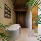 villa-kinara-master-tropical-outside-bath